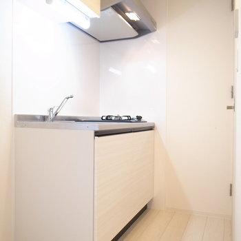 キッチンも白基調。向かいのドアはサニタリーです。(※写真は8階の同間取り別部屋のものです)
