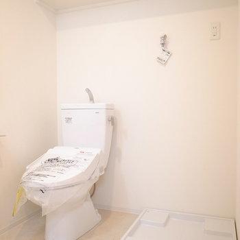 トイレと洗濯機置き場はとなり同士。棚板もひとつづきです。(※写真は8階の同間取り別部屋のものです)