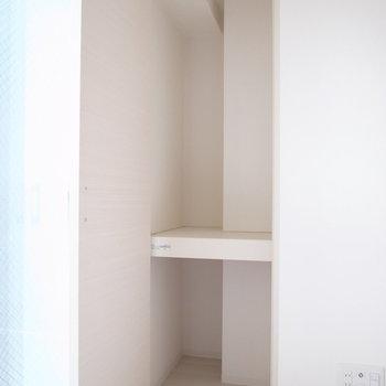 収納は物入れのような感じ。ハンガーポールは突っ張り棒でも代用できますよ!(※写真は8階の同間取り別部屋のものです)