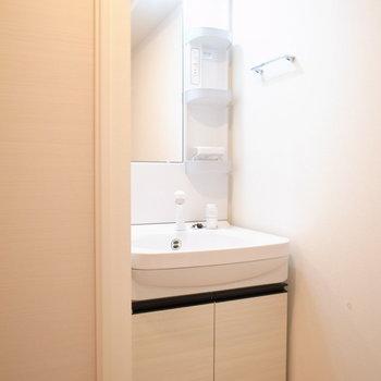 スリムな洗面台がぴったり収まってますね。(※写真は8階の同間取り別部屋のものです)