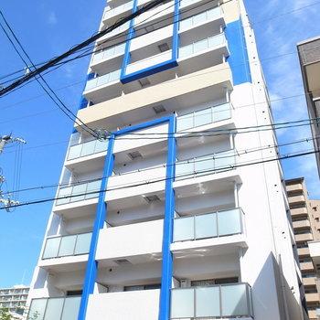 マンションの外観だってさわやか。青空がよく映えてますね。