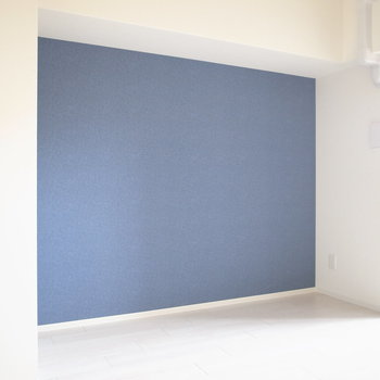 アクセントクロスの壁際はへこんだ形になっています。ここにベッドを置くのもよさそう。(※写真は8階の同間取り別部屋のものです)