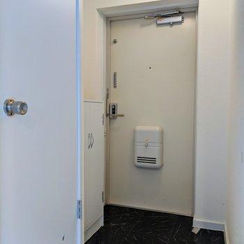 玄関扉の右側にスペースがあるので、傘立てを置くといいですね。※写真はクリーニング前のものです