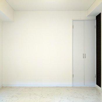 【洋室】こちらにクローゼットがあります。※写真はクリーニング前のものです