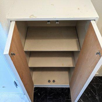 シューズボックス、2足入る幅が3段あります。※写真はクリーニング前のものです