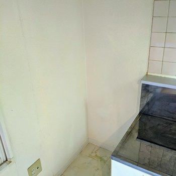【ダイニング】キッチン横に冷蔵庫用のスペースあります。※写真はクリーニング前のものです