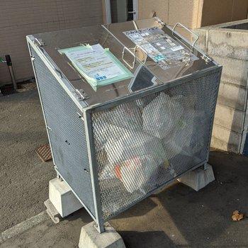ゴミボックスはエントランスを出てすぐにあります。