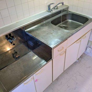 【ダイニング】家事のしやすそうなキッチン。コンロは持ち込みですよ〜。※写真はクリーニング前のものです