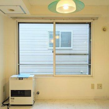 【ダイニング】空気の入れ替えができる大きな窓!※写真はクリーニング前のものです