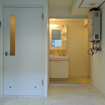 【ダイニング】左側の扉は玄関につながっています。※写真はクリーニング前のものです