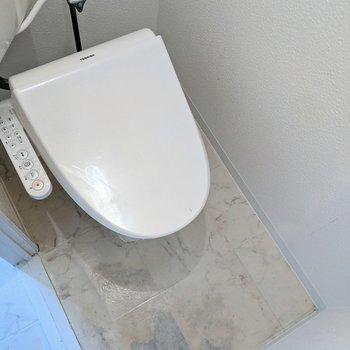 温水便座付きのトイレです。※写真はクリーニング前のものです