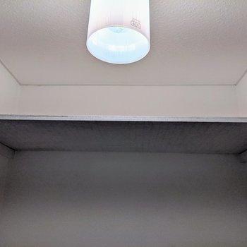 上部に予備のトイレットペーパーを置くことができます。※写真はクリーニング前のものです