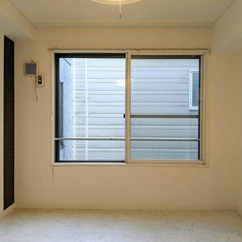 【洋室】窓は南東向きです。※写真はクリーニング前のものです