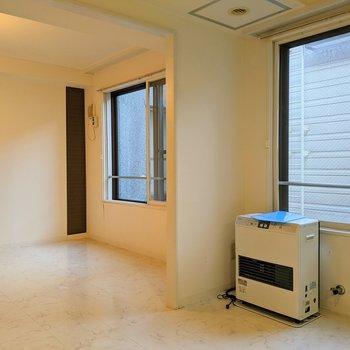 【ダイニング】お部屋を仕切る扉がないので開放的〜。※写真はクリーニング前のものです