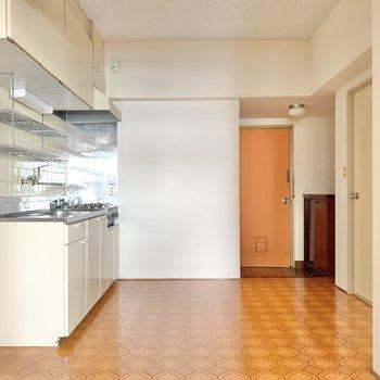 ダイニングは6帖。床のデザインがレトロで可愛いな。ぬくもりも増しましに感じます。