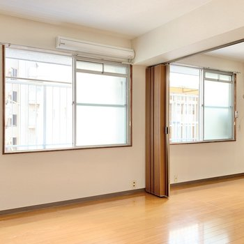 大きな窓は2つ。おかげで明るいね◎ エアコンは右側に。
