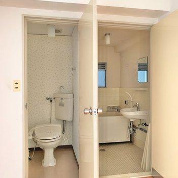 トイレと浴室はお隣に。トイレは突っ張り棒で収納を作るのがおすすめ。