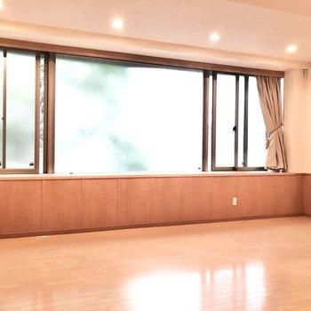 【洋室①】ここは約15帖。大きな窓は少しだけ開きます。