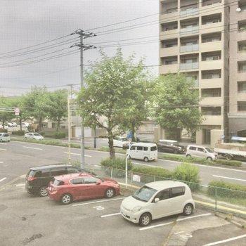 【LDK】収納上の小窓からはお隣の駐車場が見えます。