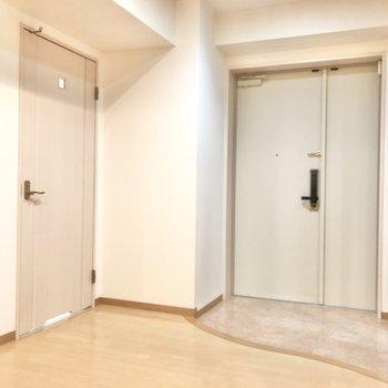 玄関の横は脱衣所です。