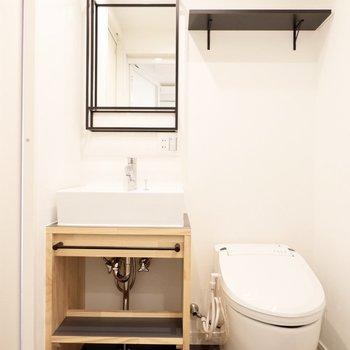 スタイリッシュな洗面台とタンクレストイレ