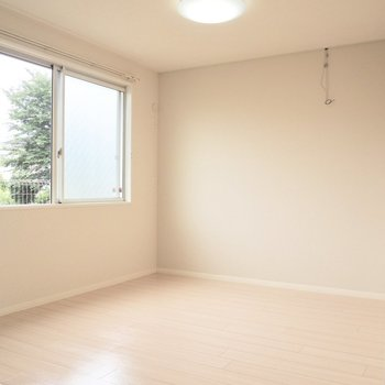 【洋室5.5帖】換気もできます※写真は1階の反転間取り別部屋のものです