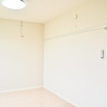 【洋室5.5帖】フックには好きなものを掛けましょう※写真は1階の反転間取り別部屋のものです