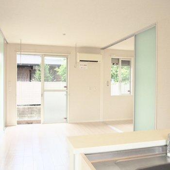 【LDK】窓を開けると明るいですね※写真は1階の反転間取り別部屋のものです