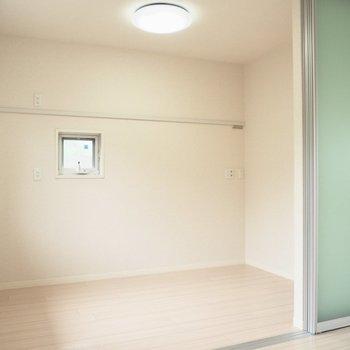 【洋室3.7帖】小さな窓が可愛い※写真は1階の反転間取り別部屋のものです