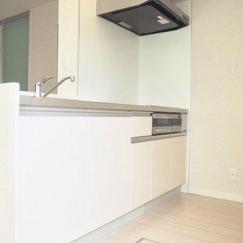 【LDK】清潔感のある白いキッチン※写真は1階の反転間取り別部屋のものです
