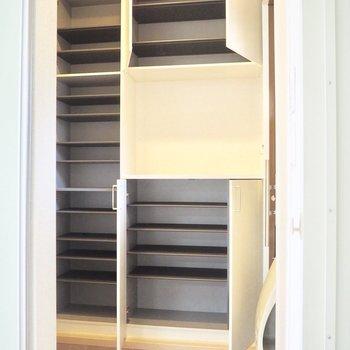 大容量のシューズボックス※写真は1階の反転間取り別部屋のものです