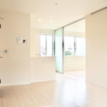 【LDK】カウンターキッチンで会話も弾みそう※写真は1階の反転間取り別部屋のものです