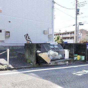 A棟の脇にゴミ置き場があります。