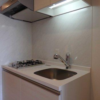 キッチンは2口ガスコンロ。お隣には冷蔵庫置場。(※写真は4階の同間取り別部屋のものです)