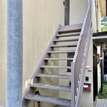 お部屋へはこの階段を上がって行きます。