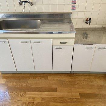 【K】コンロはお好きなものをお使いくださいね。調理スペースもありますよ。