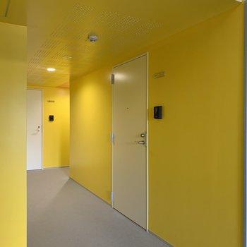 共用部は鮮やかな黄色で気分が高鳴ります。