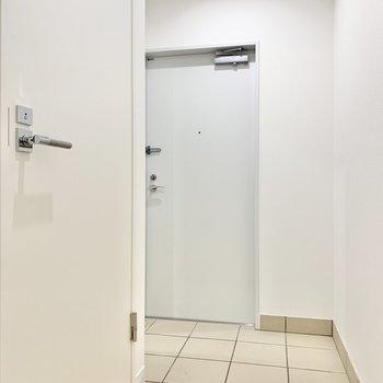 左手前のドアを開けるとトイレがあります。
