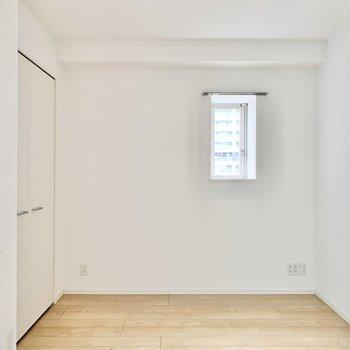 【洋室】収納側にはソファやテレビを置いても良いですね。