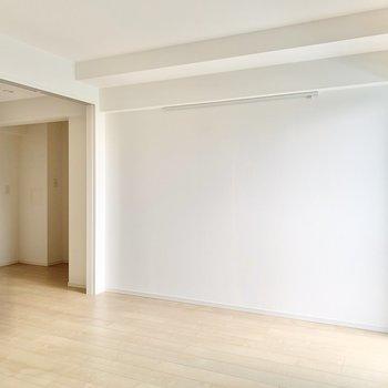 【洋室】こちら側にはベッドが置けそうです。壁にピクチャーレールが付いています。