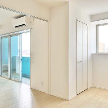 【洋室7帖】奥には収納が付いています。※写真は9階の同間取り別部屋のものです