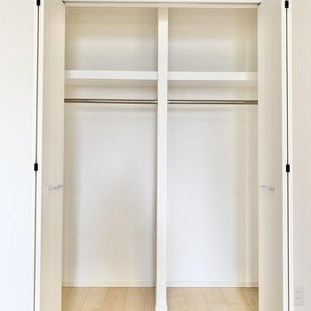 【洋室5帖】お洋服のほか、鞄なども収納できそうです。※写真は9階の同間取り別部屋のものです