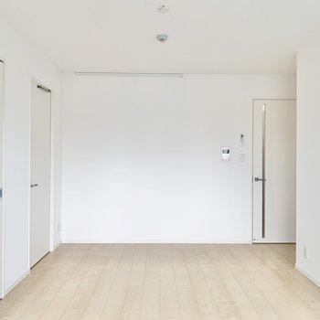 【LDK】約12.8帖、ダイニングテーブルなどが置けますね。※写真は9階の同間取り別部屋のものです