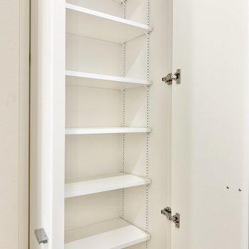 棚の仕切りの高さはお好みの位置に調整できますよ。※写真は9階の同間取り別部屋のものです