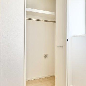 【洋室7帖】丈の長い衣類もすっきり収納できますね。※写真は9階の同間取り別部屋のものです
