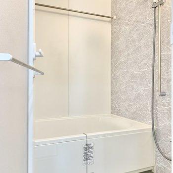浴室乾燥機・追焚き機能付きです。※写真は9階の同間取り別部屋のものです