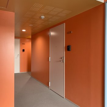 鮮やかなオレンジ色の共用部です。