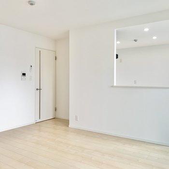 【LDK】キッチンは対面式です。※写真は9階の同間取り別部屋のものです