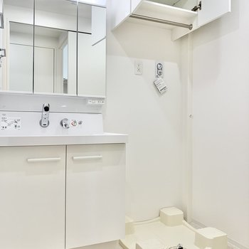 洗濯機置き場上部の棚には、洗剤などをストックしておけます。※写真は9階の同間取り別部屋のものです