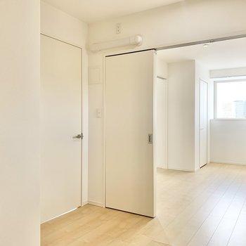 【洋室5帖】書斎や趣味のお部屋としてもよさそう。※写真は9階の同間取り別部屋のものです